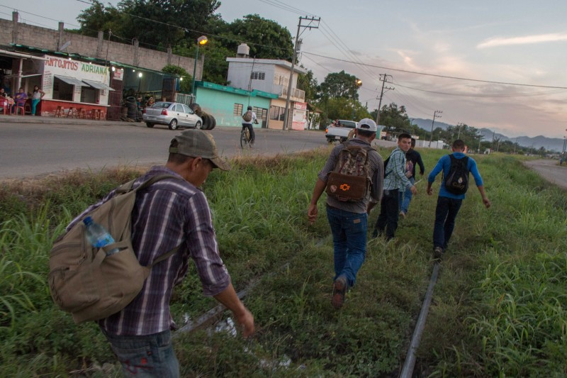 Honduran migrants on their way to Albergue La 72 in Tenosique, Tabasco. Photo by Gabriela Bortolamedi.