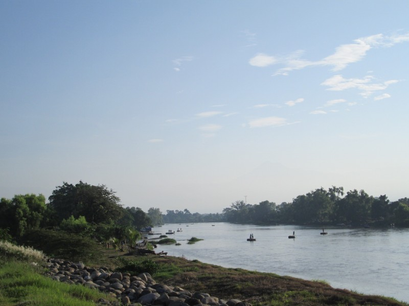 Rafts crossing the Río Suchiate between Mexico and Guatemala. Ciudad Hidalgo, México. 05 August 2015. Photo by Diana Gluck.